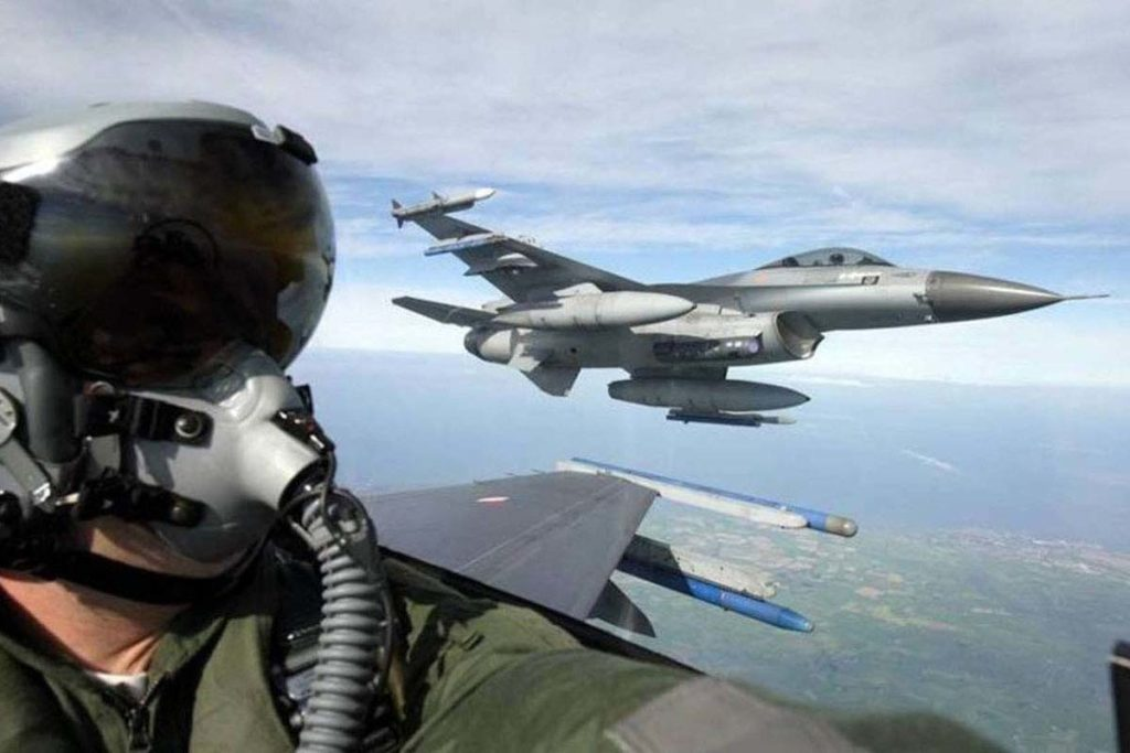 F-16 vlieger in actie