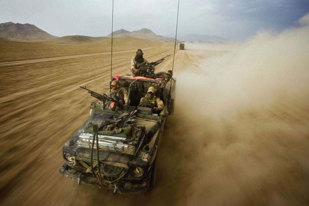 Met een jeep door de woestijn
