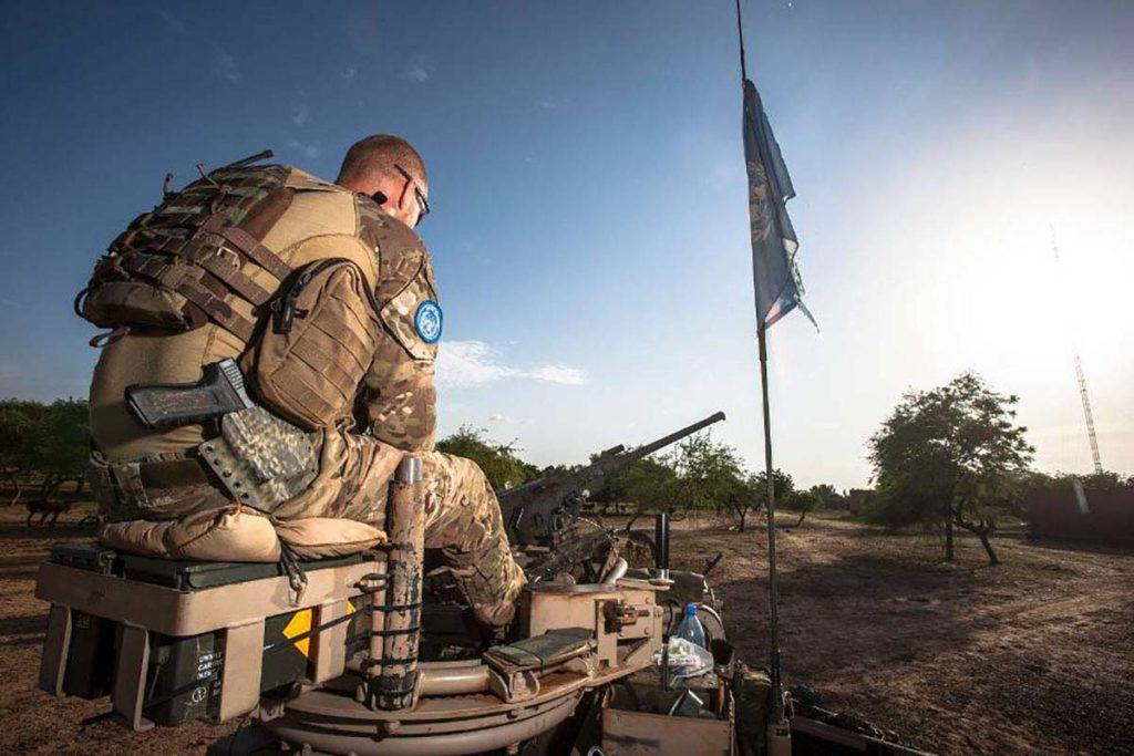 Militair op patrouille in Mali